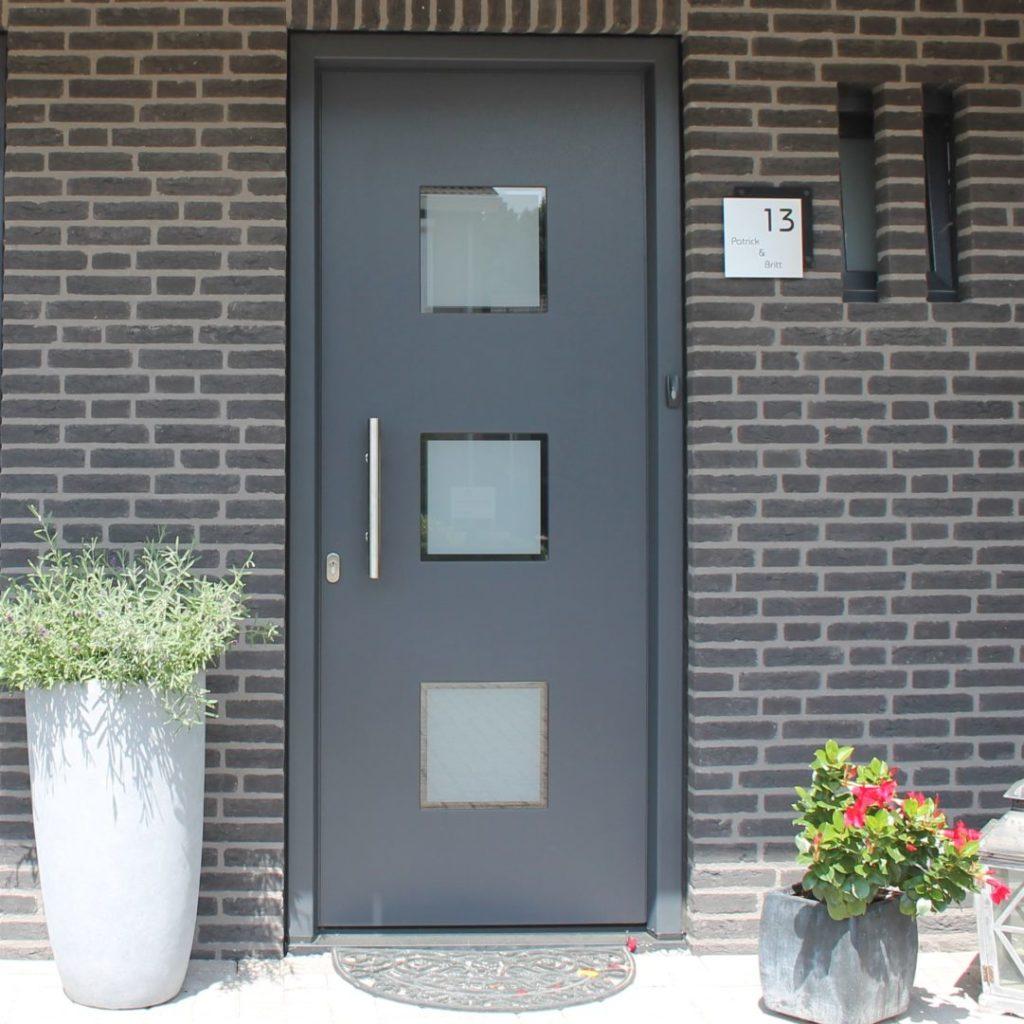 Kunststof voordeur grijs van Pascal ramen en deuren